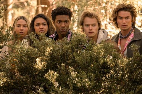 outer banks l to r madelyn cline as sarah cameron, madison bailey as kiara, jonathan daviss as pope, rudy pankow as jj, and chase stokes as john b in episode 208 of outer banks cr jackson lee davisnetflix © 2021